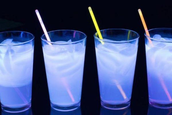 Recette du Gin Glow : cocktail lumineux sous la lumière UV!